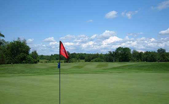 red tee flag on golf course