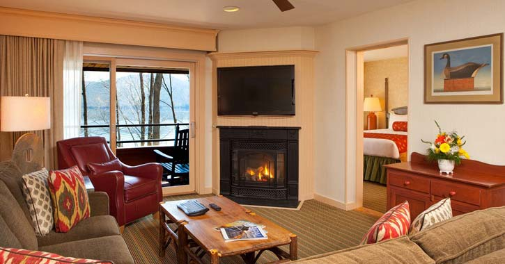 sitting room at the sagamore with a fireplace