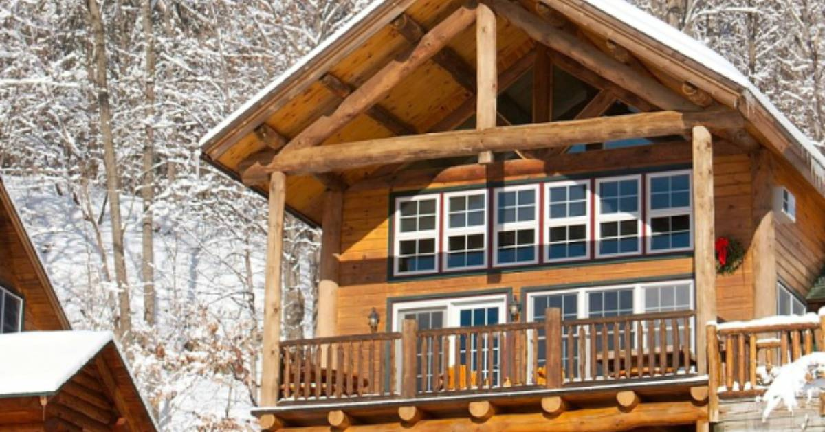 the outside of a cabin in the winter